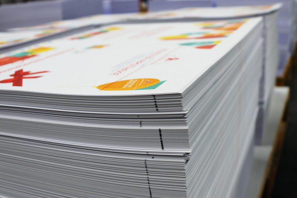 Bogen bedrucktes Papier auf Europaletten