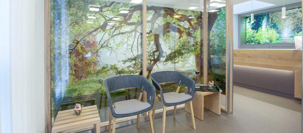 Warteraum mit beklebten Glaswänden, wie ein Wald